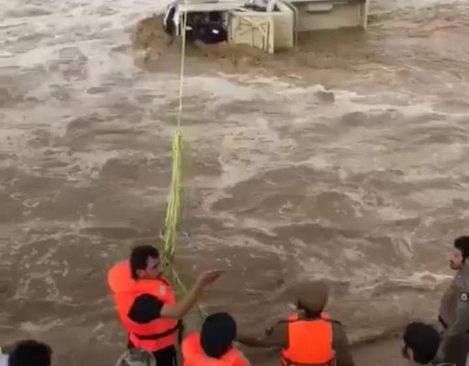 بالصور.. عملية إنقاذ مواطن احتجز السيل سيارته في نجران