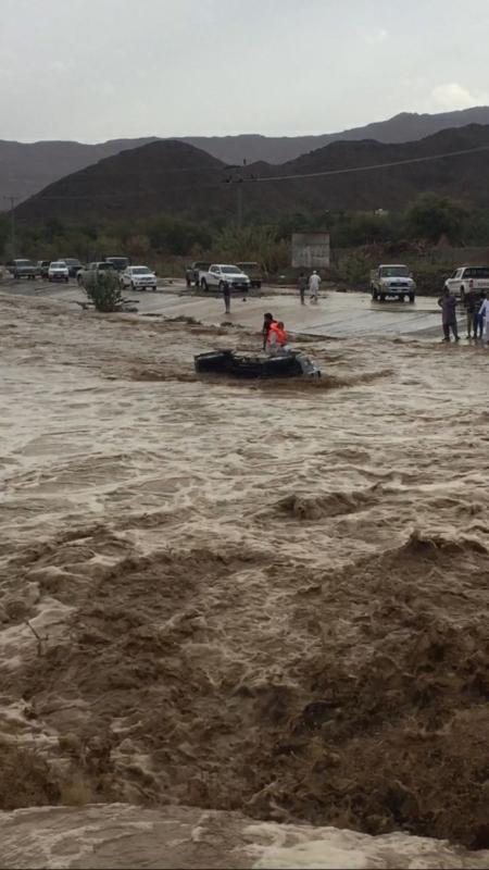 بالصور.. عملية إنقاذ مواطن احتجز السيل سيارته في نجران - المواطن