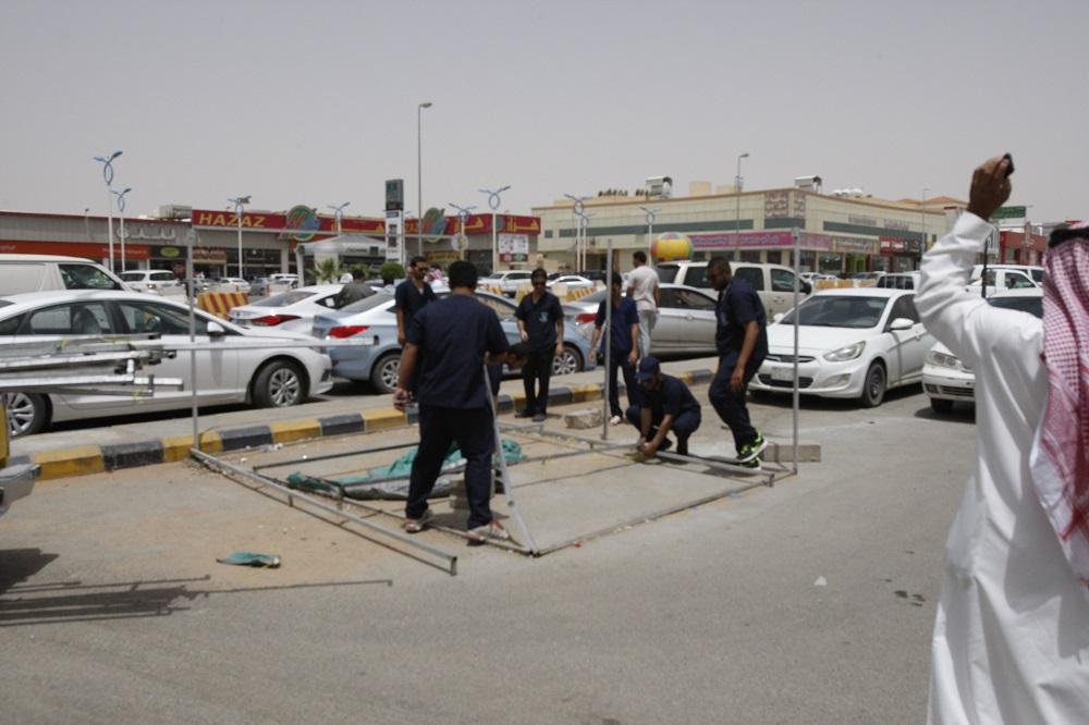 عمل الرياض يفاجئ المخالفين المجاورين لمقره ويزيل جميع الأكشاك والمكاتب المؤقتة (3)