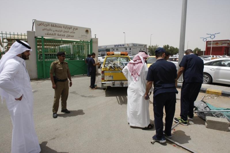 عمل الرياض يفاجئ المخالفين المجاورين لمقره ويزيل جميع الأكشاك والمكاتب المؤقتة (4)