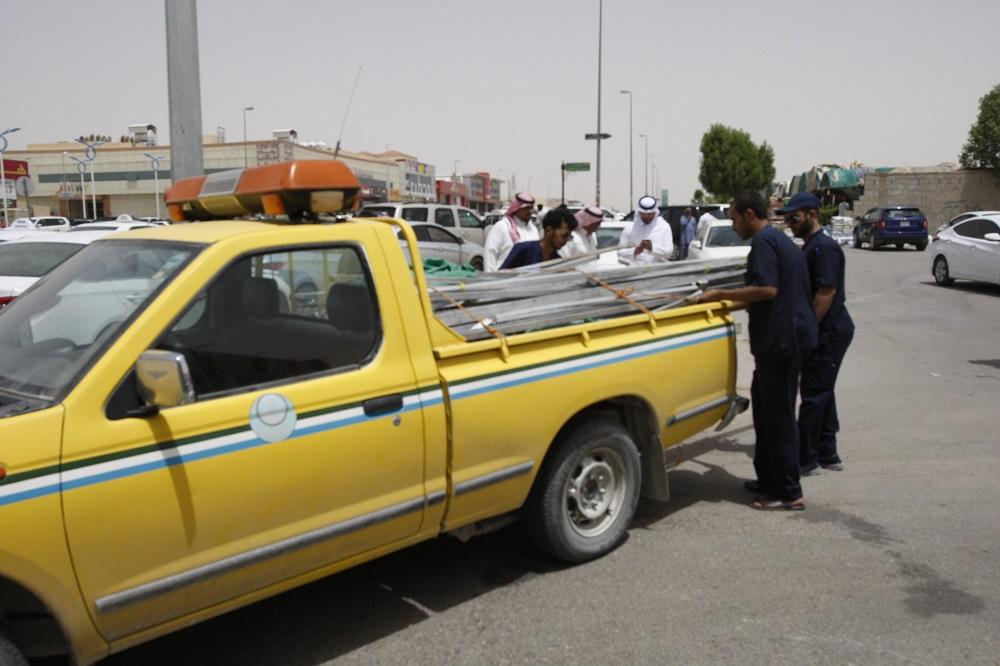 عمل الرياض يفاجئ المخالفين المجاورين لمقره ويزيل جميع الأكشاك والمكاتب المؤقتة (6)