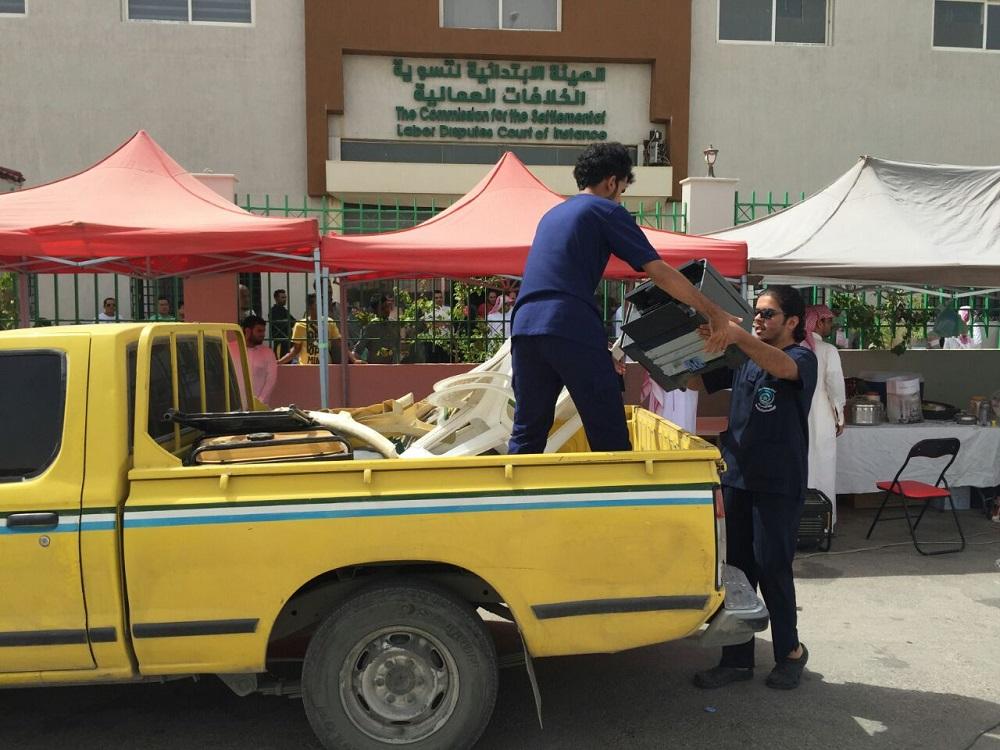 عمل الرياض يفاجئ المخالفين المجاورين لمقره ويزيل جميع الأكشاك والمكاتب المؤقتة (7)