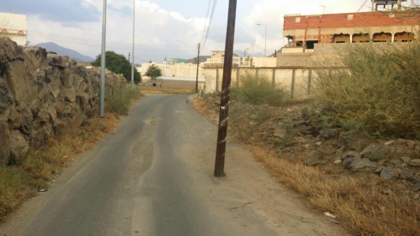 عمودين-كهرباء-يقتصان-شارع-بالمجاردة (2)