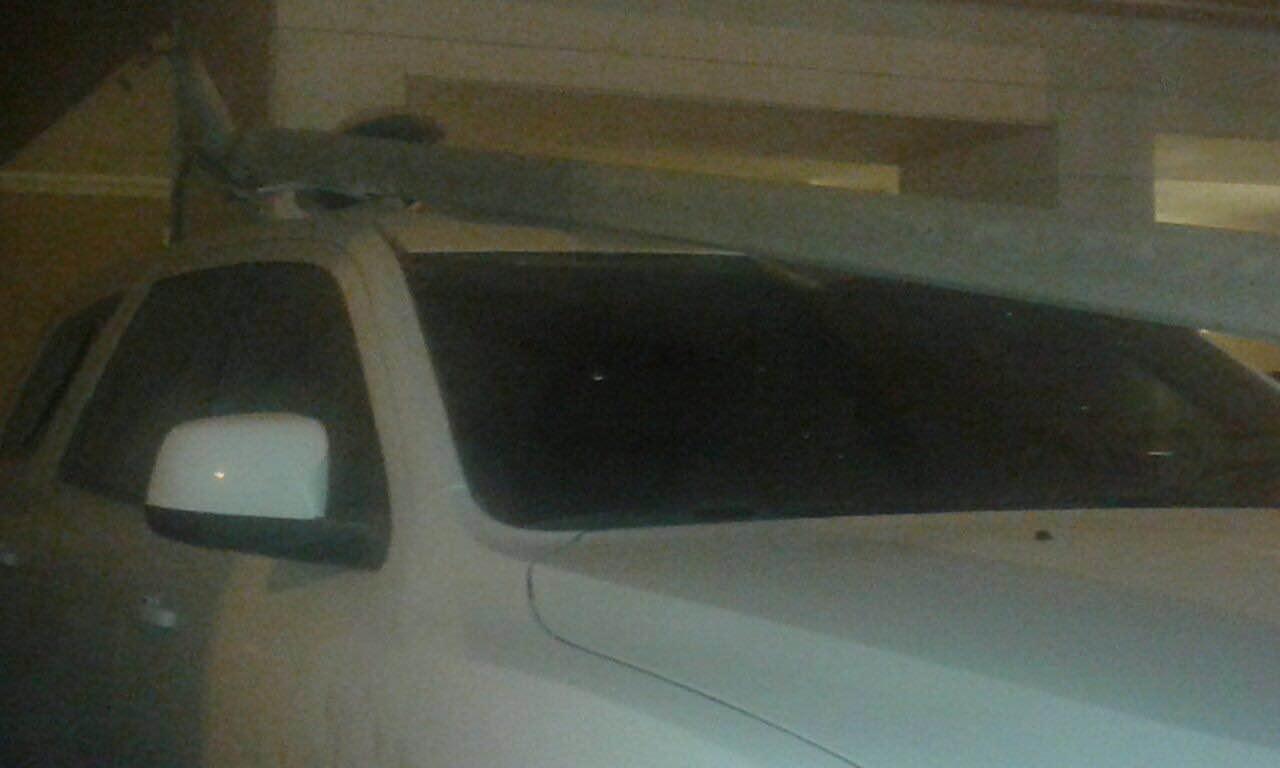 عمود إنارة يدمر سيارتين بحي بني مالك بجدة (2)