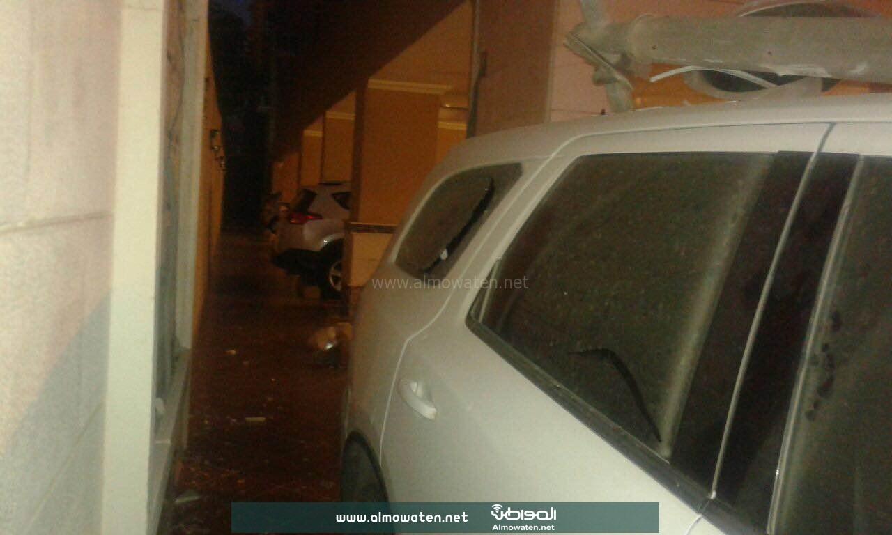 عمود إنارة يدمر سيارتين بحي بني مالك بجدة (4)