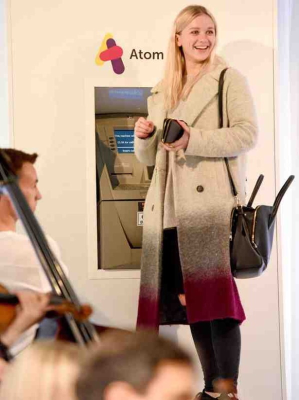 بالصور.. بنك دولي يبتكر طريقة فريدة لاستقبال العملاء
