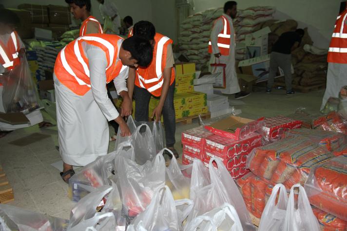 بالصور.. عون التطوعي يوزع 400 سلة رمضانية في القصيم