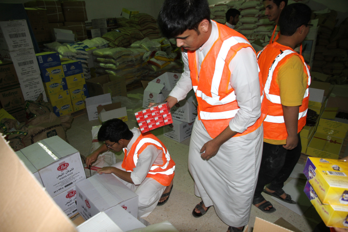 بالصور.. عون التطوعي يوزع 400 سلة رمضانية في القصيم - المواطن
