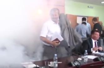شاهد.. نائب معارض يطلق الغاز المسيل للدموع داخل البرلمان بكسوفو - المواطن