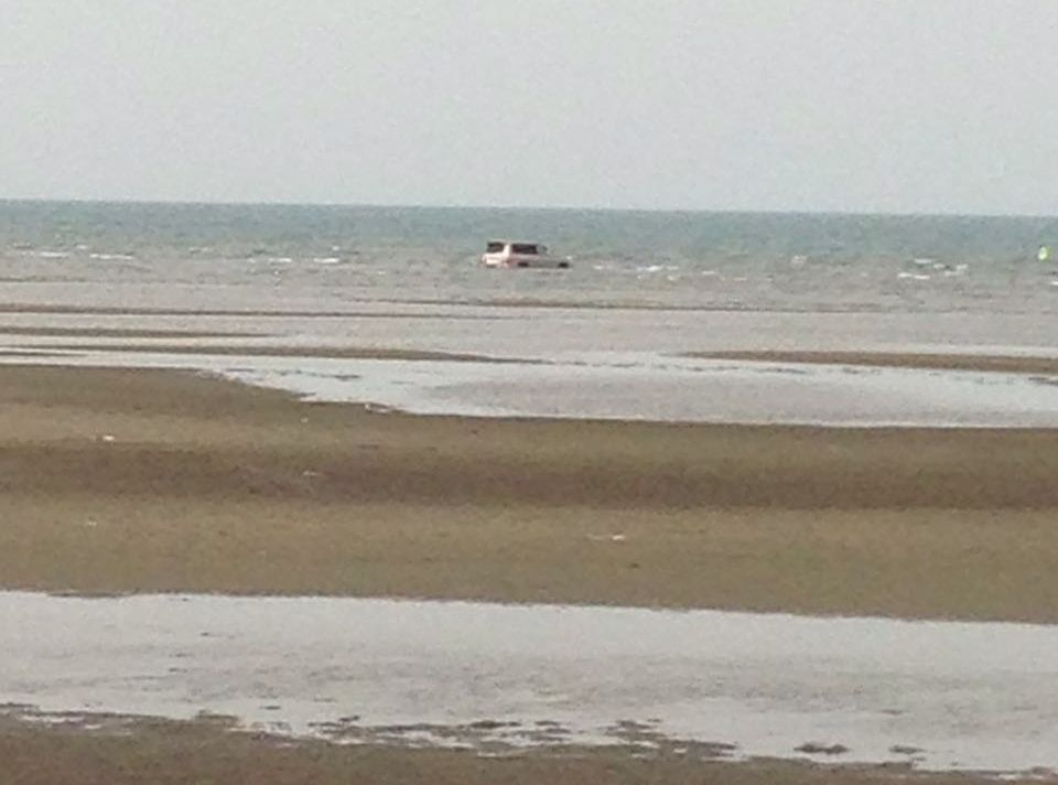 غرق مركبة بداخل البحر في سهي صامطة (1)