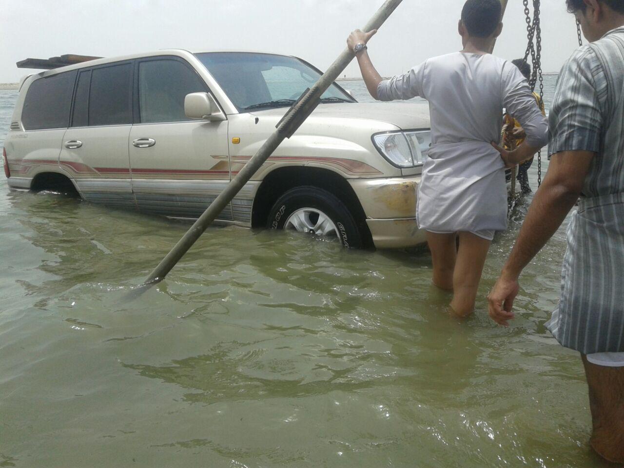 غرق مركبة بداخل البحر في سهي صامطة (6)