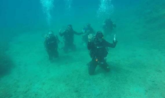 غواصون أتراك يصلون الجنازة في قاع بحر إيجه (1)