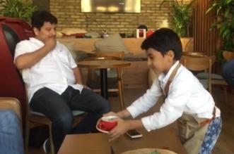 بالصور.. فارس ورفيف ومحمد طفلان بينهما وردة يديرون مقهاهم الخاص في جدة - المواطن