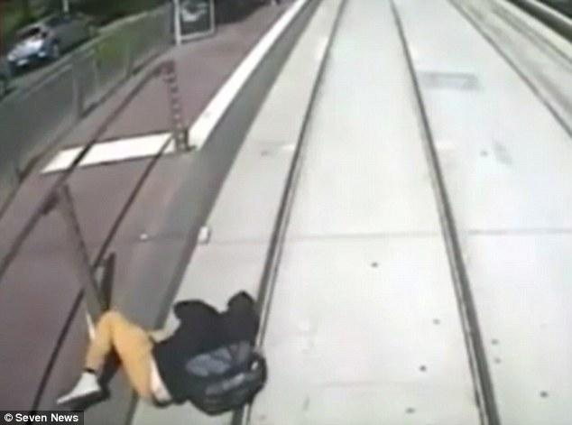 فتاة تكاد تموت دهسا بالقطار