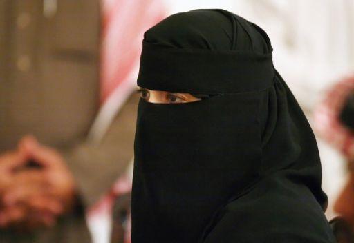 فتاة سعودية بنت