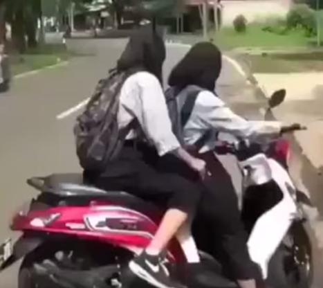فتاتين يقودان دراجة نارية