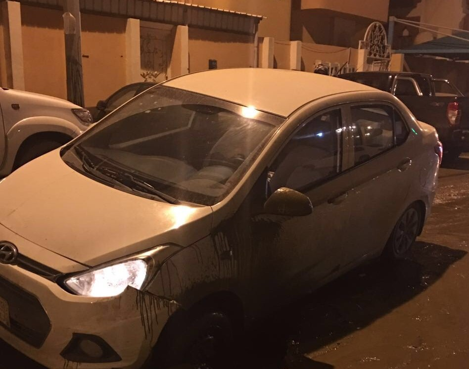 فتحات الصرف تصطاد سيارات المواطنين بجازان (4)