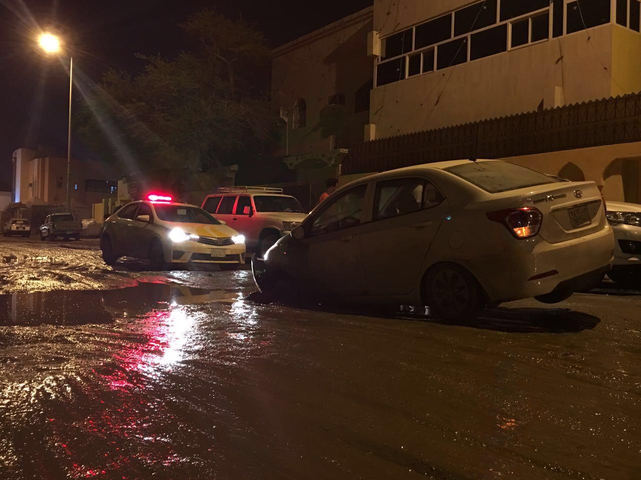 فتحات الصرف تصطاد سيارات المواطنين بجازان (6)