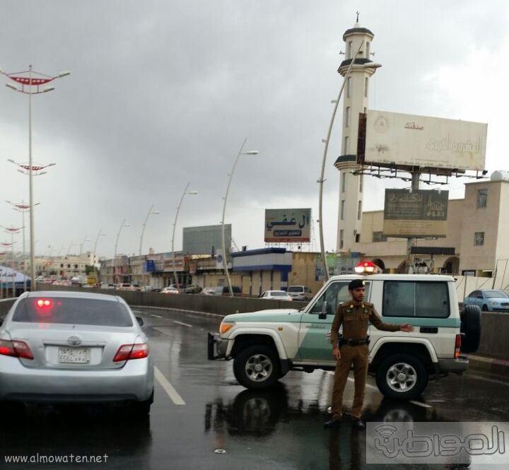 فتح نفق الغروي بعد اغلاقه بسبب الامطار بـ خميس مشيط (1)