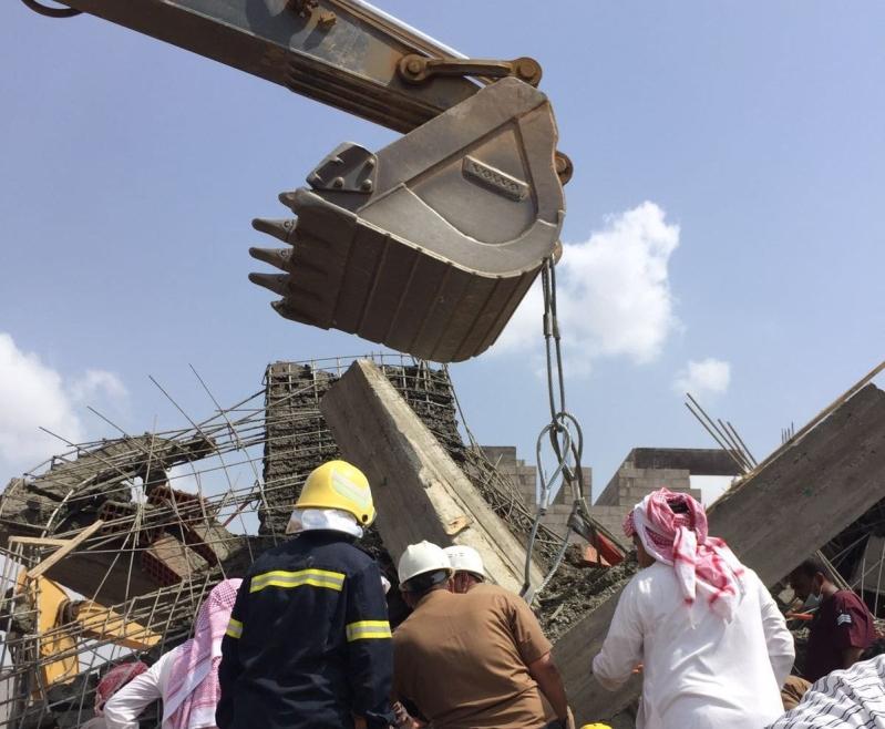 فرق دفاع مدني تنتشل جثتين ومصاب من تحت انقاض مبنى في بيش (1)