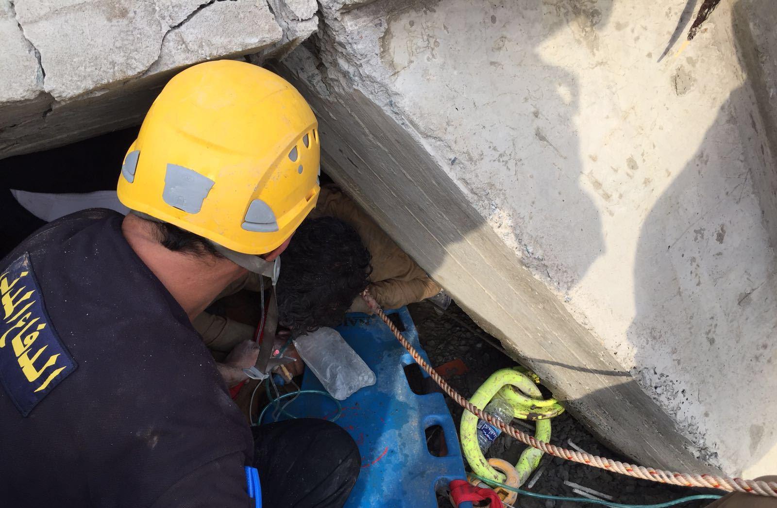 فرق دفاع مدني تنتشل جثتين ومصاب من تحت انقاض مبنى في بيش (2)