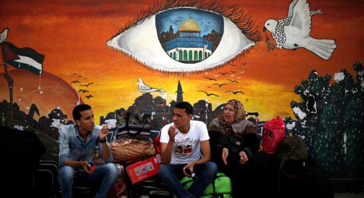فلسطينيون ينتظرون للمرور عبر معبر رفح