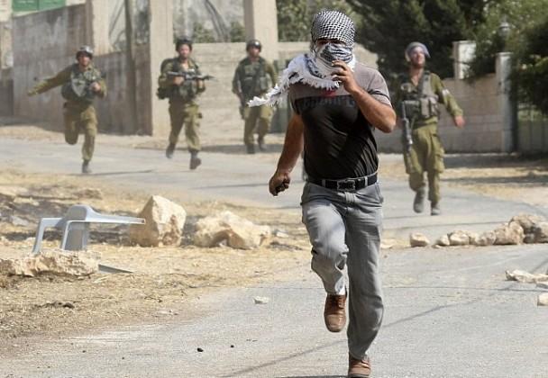 فلسطيني - رجل فلسطيني يفر من جنود إسرائيليين