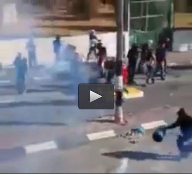 فلسطيني يتحدى القنابل المسيلة للدموع