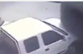 بالفيديو.. فورد مسرعة تصدم مركبة متوقفة ثم تهرب من الموقع - المواطن