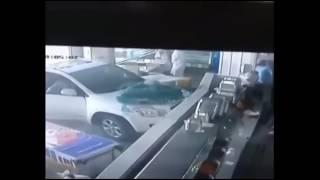 -لحظة-اقتحام-سيارة-لمطعم-بالقطيف-ونجاة-الزبائن