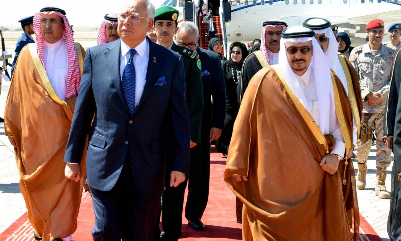 فيصل بن بندر يستقبل ئيس الوزراء الماليزي (2)