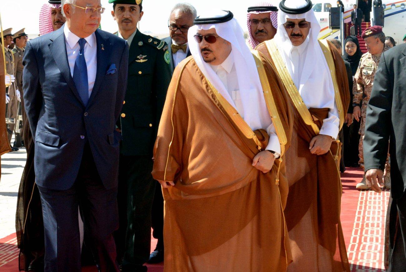 فيصل بن بندر يستقبل ئيس الوزراء الماليزي (3)