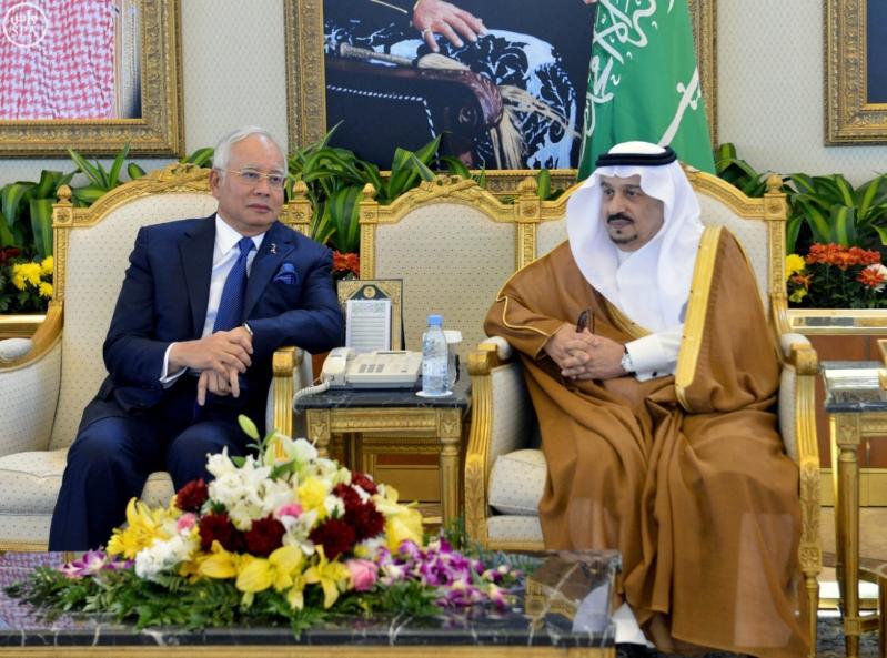 فيصل بن بندر يستقبل ئيس الوزراء الماليزي (4)