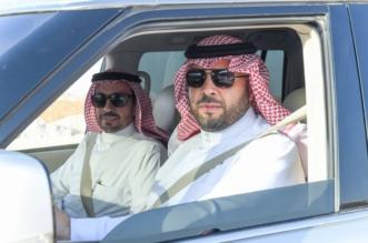 رغم الإجازة.. فيصل بن خالد يتفقد أحياء عرعر بسيارته بصحبة أمينها الجديد - المواطن