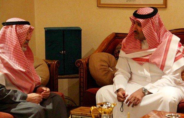 فيصل بن سلمان يزور خطاط المصحف