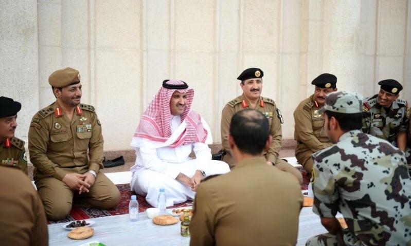 فيصل بن سلمان يشارك رجال الأمن الإفطار في المسجد النبوي (1) 