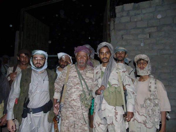 قائد اللواء 26ميكا العميد مفرح بحيبح والشيخ حسن غالب في سوق حريب