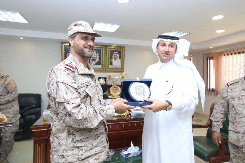 قائد قوة جازان يقدم درعاً تذكارية لمدير عام الخطوط السعودية