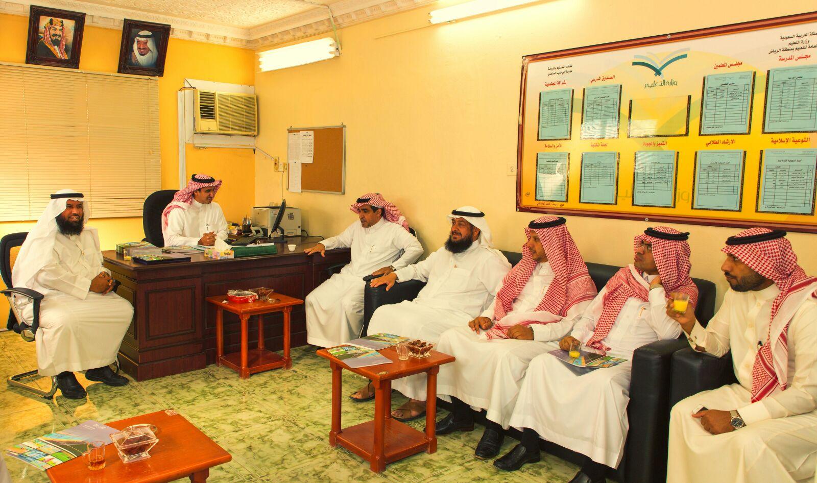 قائد مدرسة خالد الوذيناني يحول مبني مدرسة قديم الي واحة جاذبة للطلاب (1)