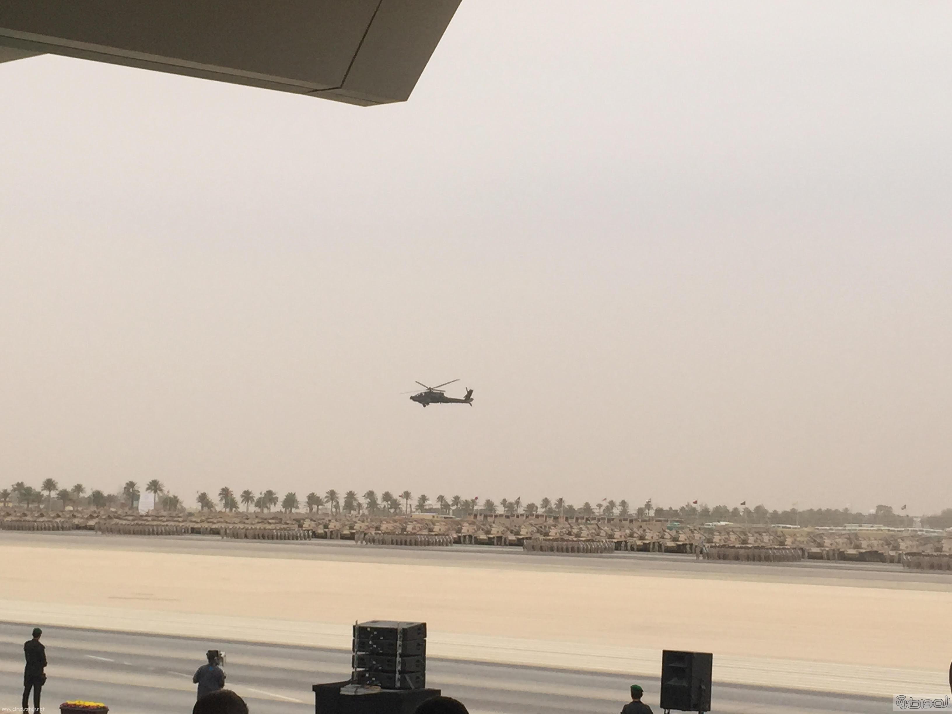 قائد يستعرض طائرة اباتشي امام الملك سلمان (1)
