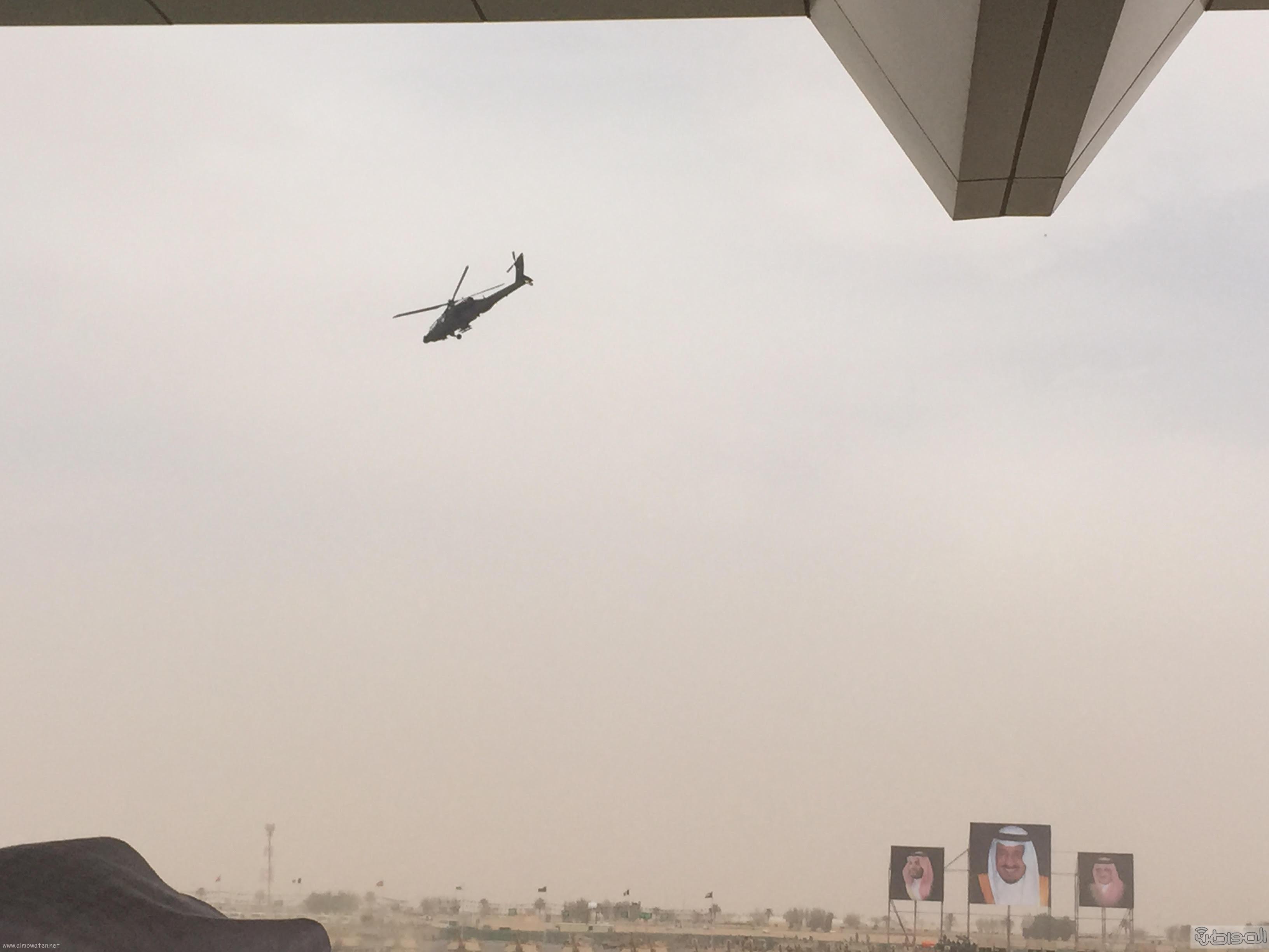 قائد يستعرض طائرة اباتشي امام الملك سلمان (2)