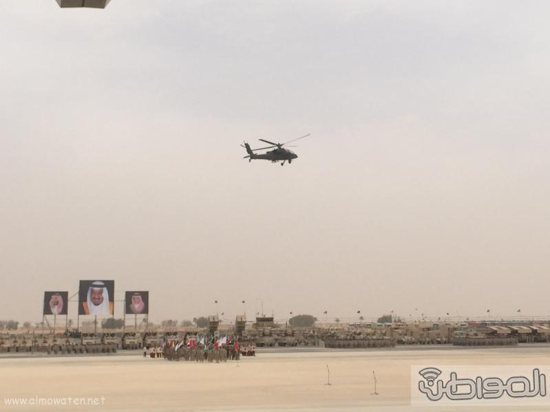قائد يستعرض طائرة اباتشي امام الملك سلمان (3)
