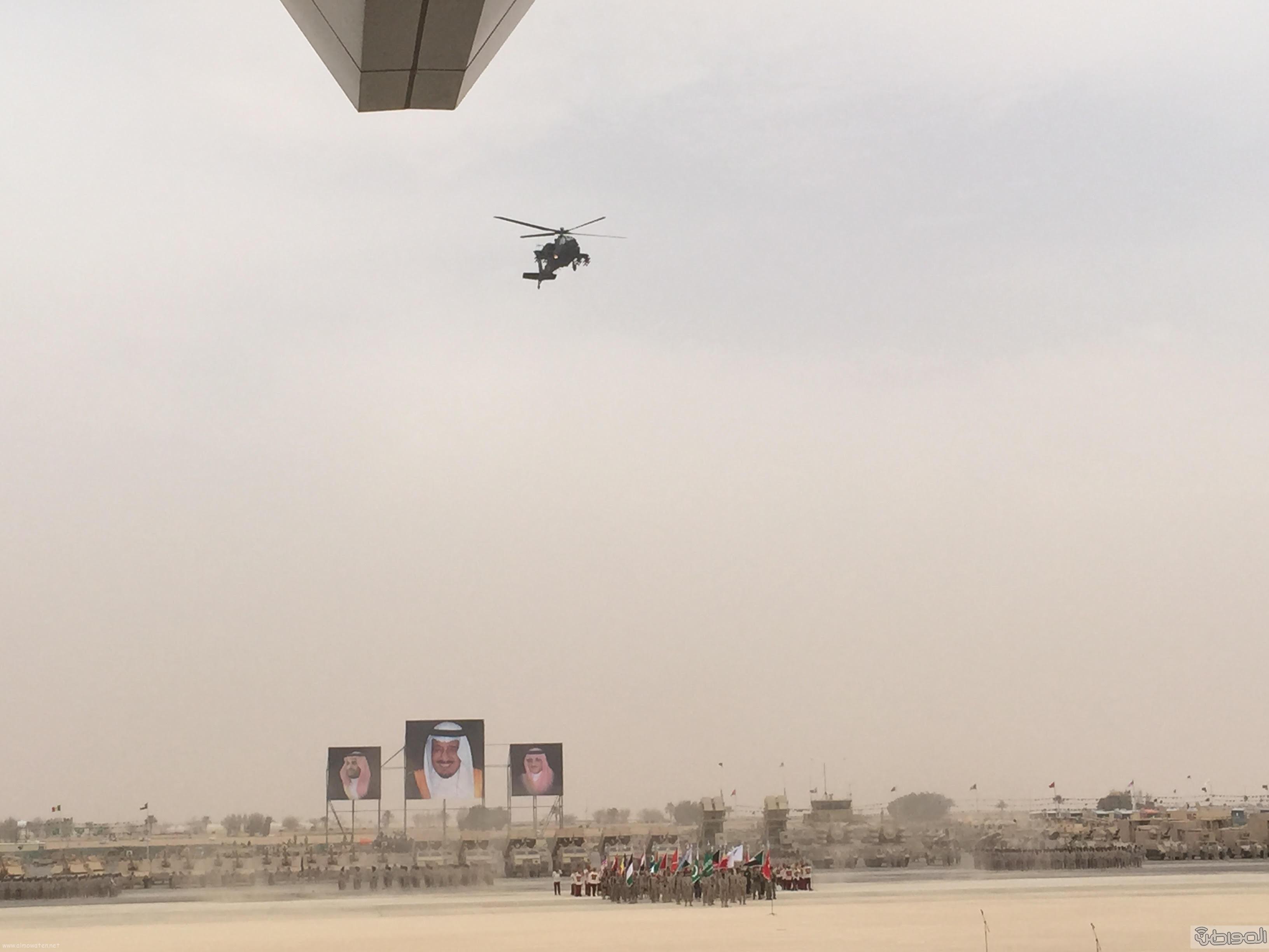 قائد يستعرض طائرة اباتشي امام الملك سلمان (4)