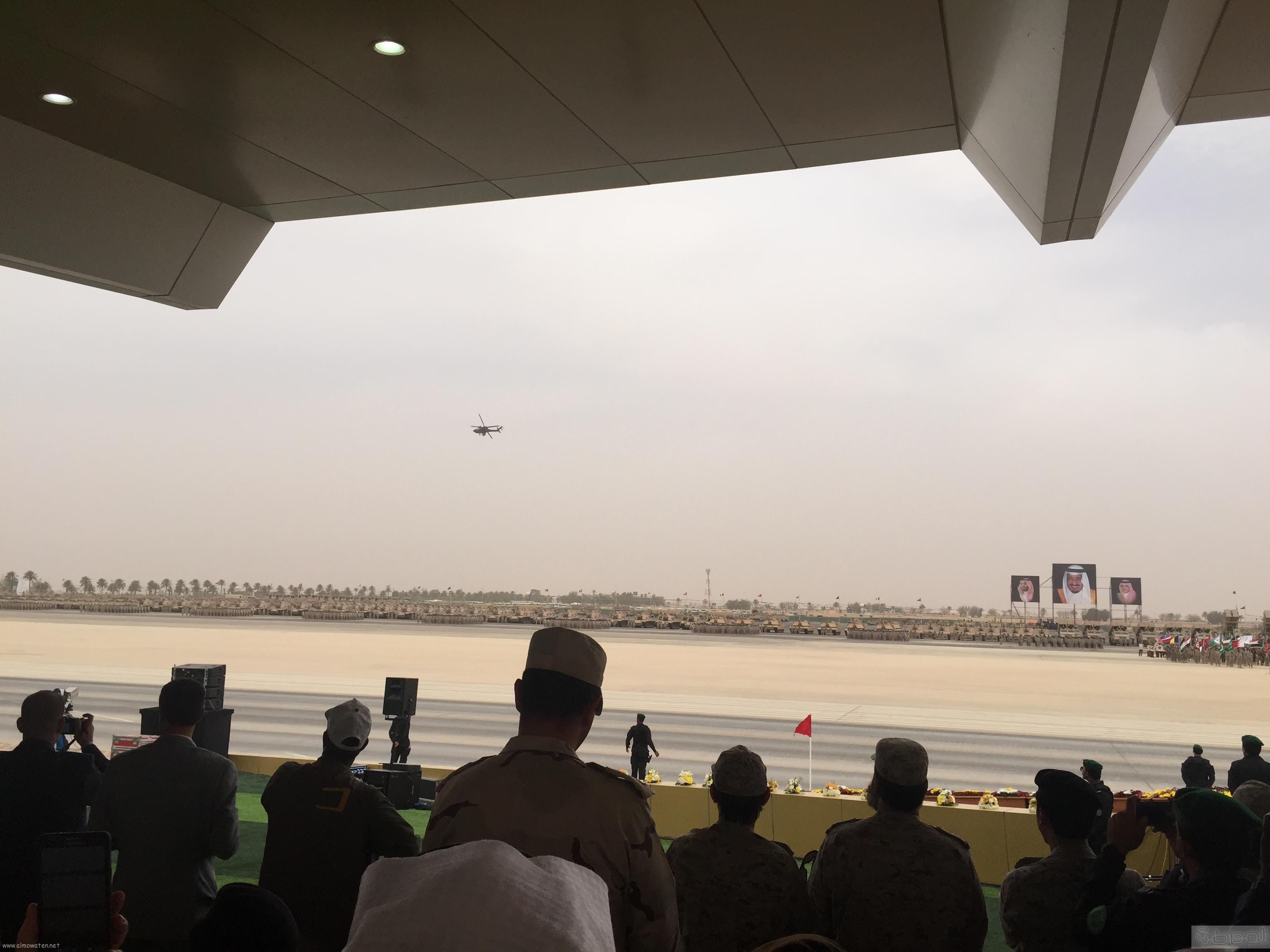 قائد يستعرض طائرة اباتشي امام الملك سلمان (5)