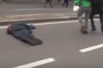 شاهد.. قائد شرطة بروكسل يفقد وعيه بعد لكمة من متظاهر - المواطن