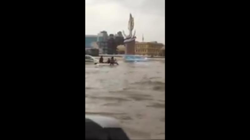 قارب وسط السيارات