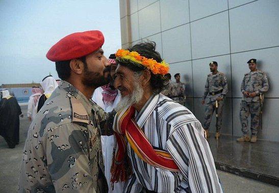 قبلة على راس والد لشهيد الواجب