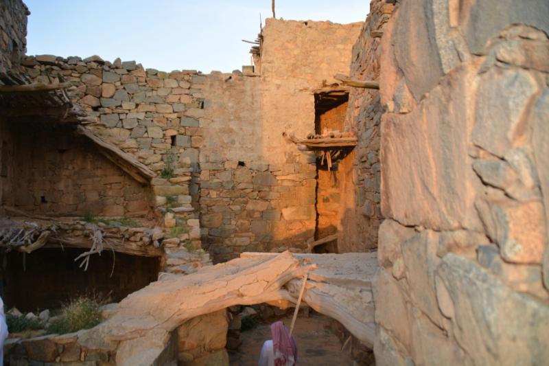 قرية آل عليان الأثرية.. مقبرة عكس اتجاه القبلة ومنازل أثرية (1) 