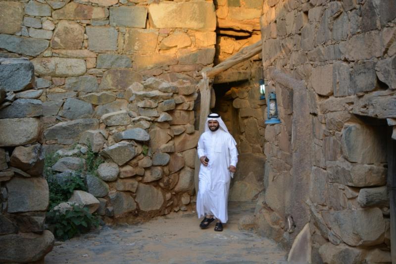 قرية آل عليان الأثرية.. مقبرة عكس اتجاه القبلة ومنازل أثرية (210696101) 