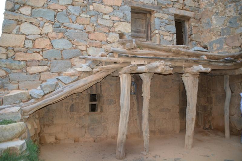 قرية آل عليان الأثرية.. مقبرة عكس اتجاه القبلة ومنازل أثرية (210696102) 